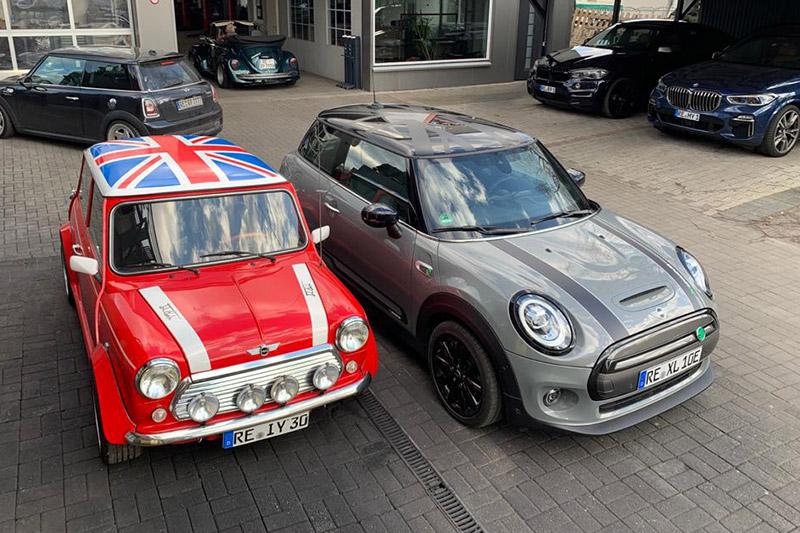 Generationenvergleich, Elektro Mini Cooper und Verbrenner Mini Cooper